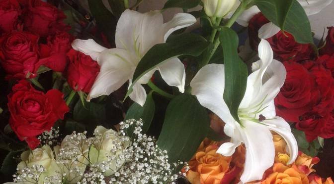 Зачем женщине дарят цветы?